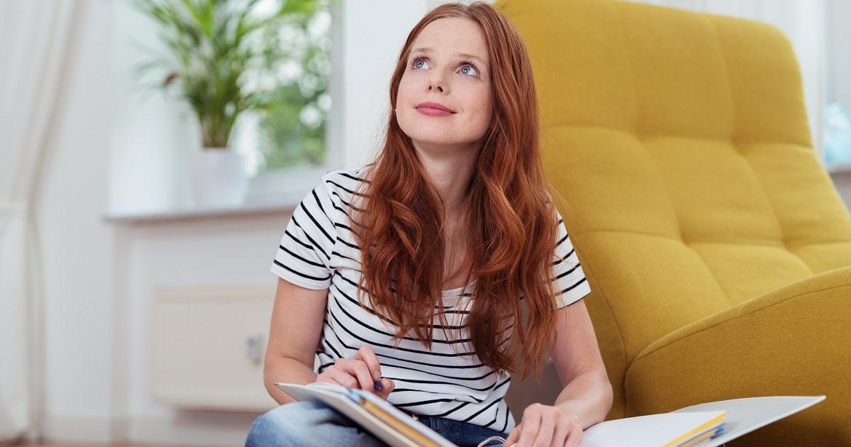 自宅でいまの気分に一致したミニテストを行う女性