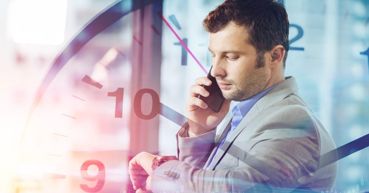 アポイントの合間にできたスキマ時間をうまく活かそうとしているビジネスパーソン