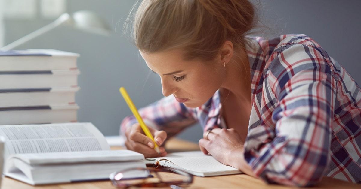 勉強に集中しているチェック柄のシャツを着た女性