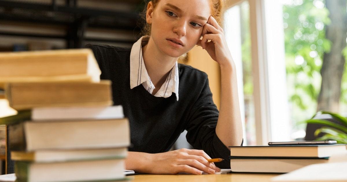勉強の成果が出ないと落ち込む若い女性