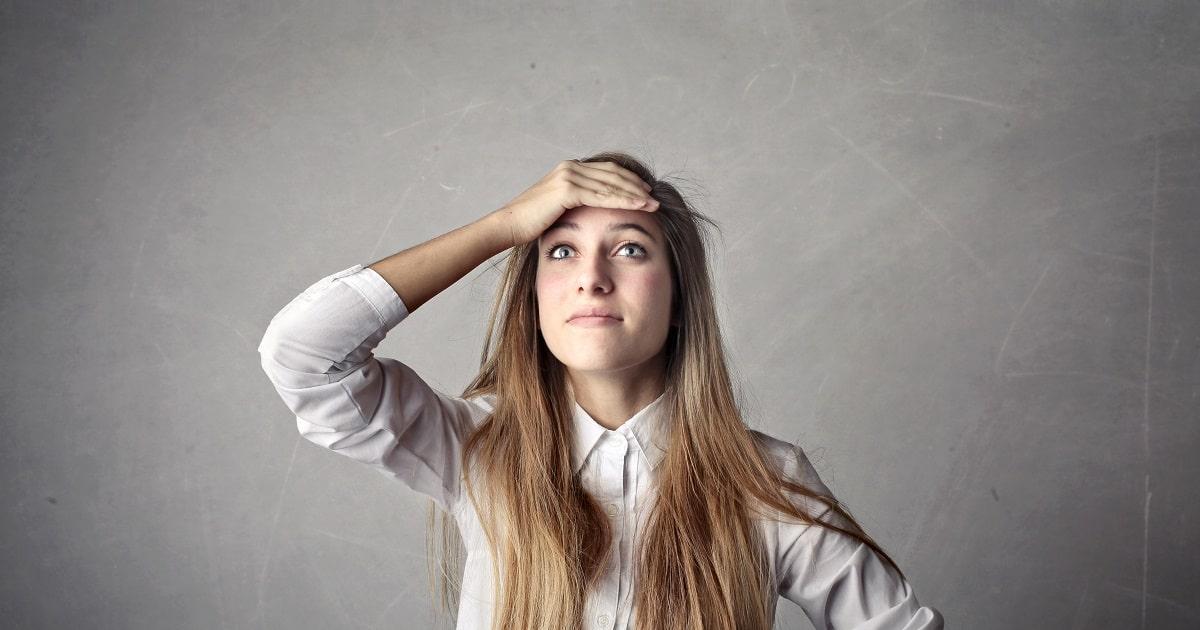 何かを忘れた様子の髪の長い女性、ビジネスパーソン