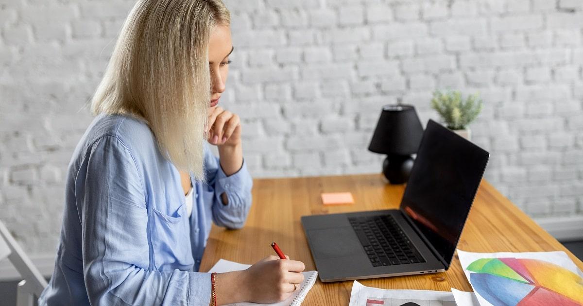 勉強の所要時間を把握しようとしている金髪の女性、若いビジネスパーソン
