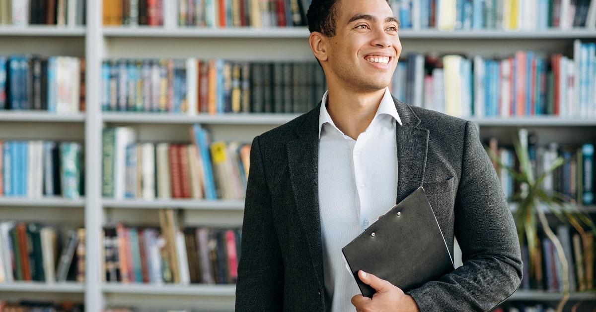 獲得目標を立てて勉強を始めた、生き生きとしたビジネスパーソン