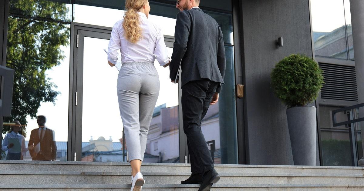 歩きながら打合せするビジネスパーソンたち
