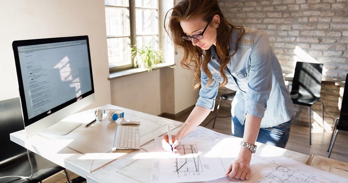 建築デザイン事務所で働く若いビジネスパーソン