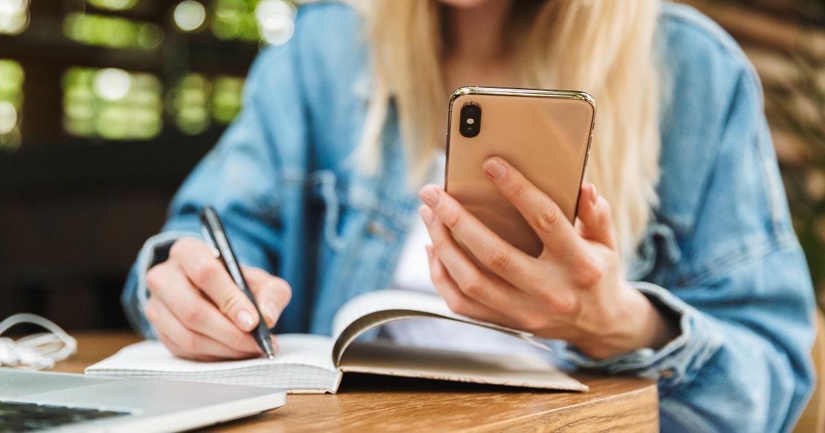 スマートフォンを利用して勉強する学生