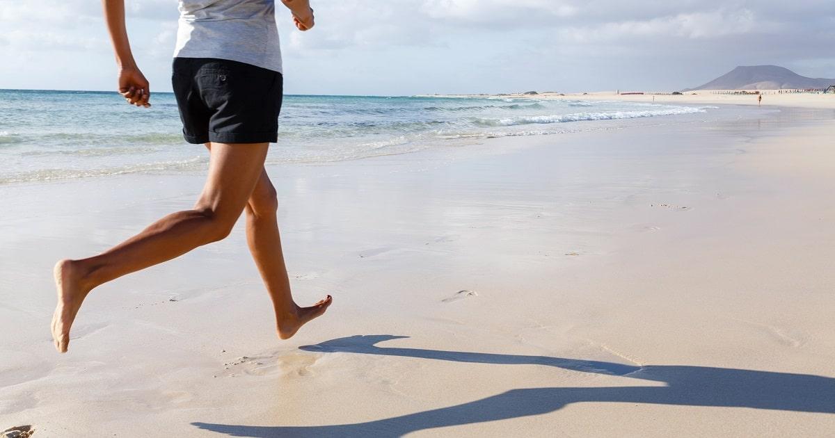 海辺を裸足で走る人