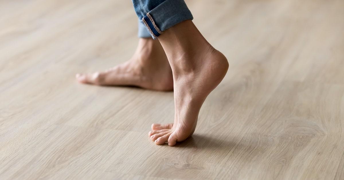 フローリングを裸足で歩く様子