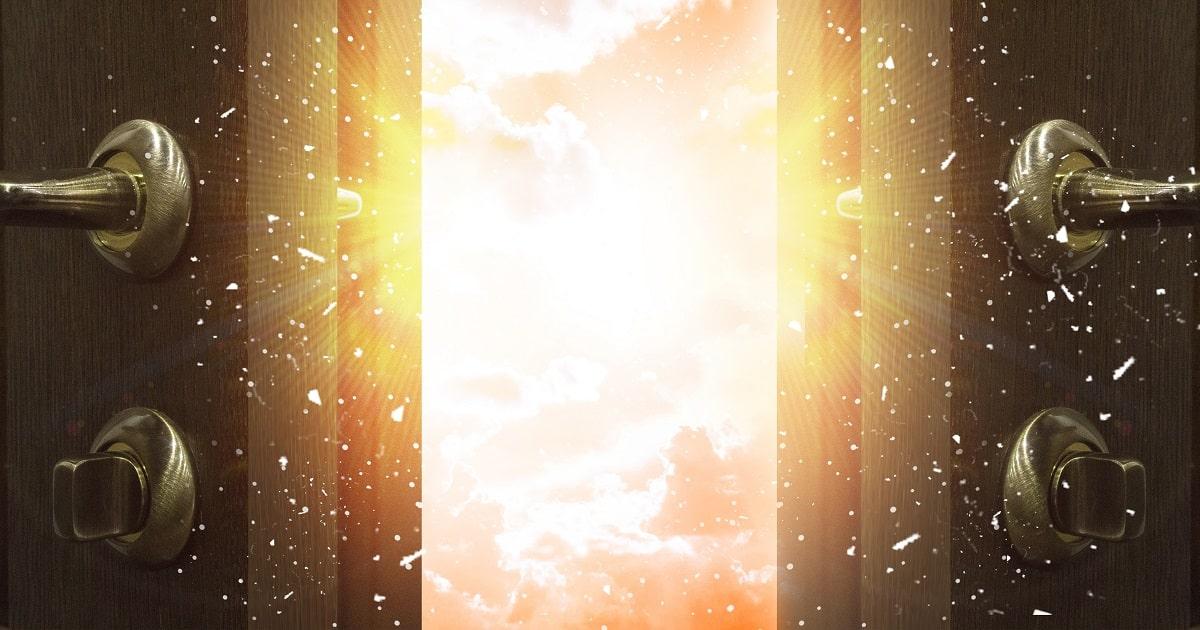 扉の向こうに光の世界。自分の限界という思い込みを打ち破るイメージ