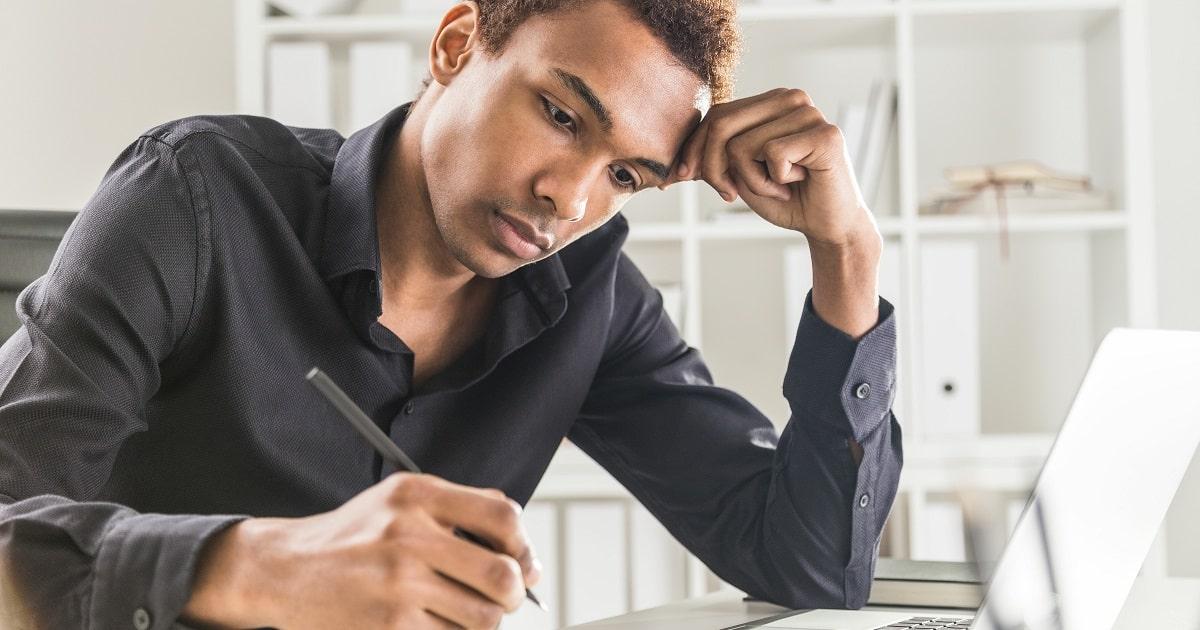 今日やったことを1行日記に書く、黒いシャツを着たビジネスパーソン