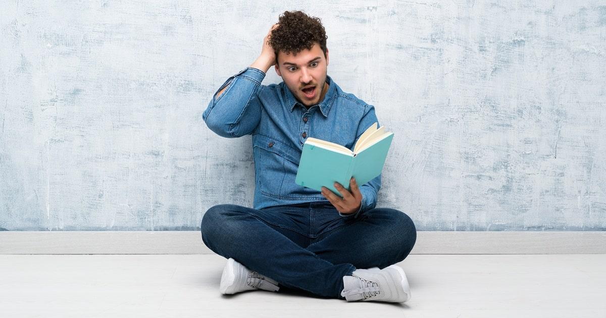 熱心に本を読んでいるがダメな読書法を実践しているので、まったく内容が頭に定着していない様子の人物