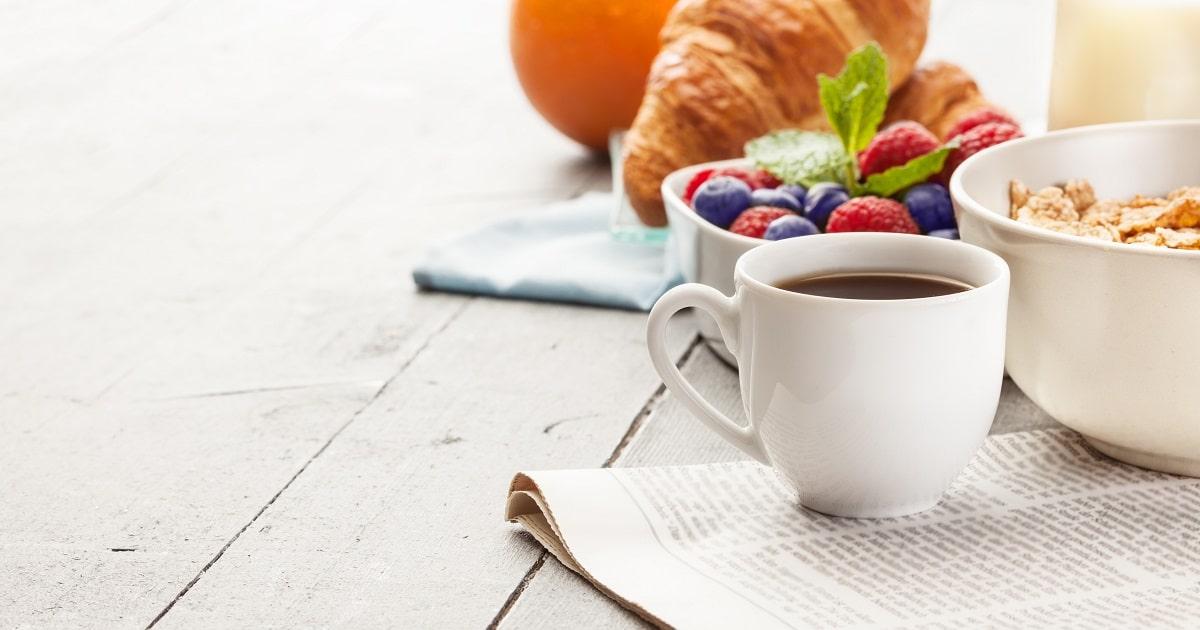 パタータイムを過ごす人の食卓イメージ。コーヒー、シリアル、クロワッサン