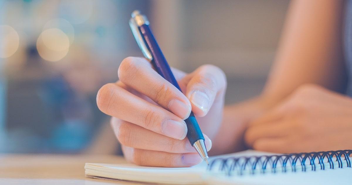 勉強日記をつける学生あるいはビジネスパーソン