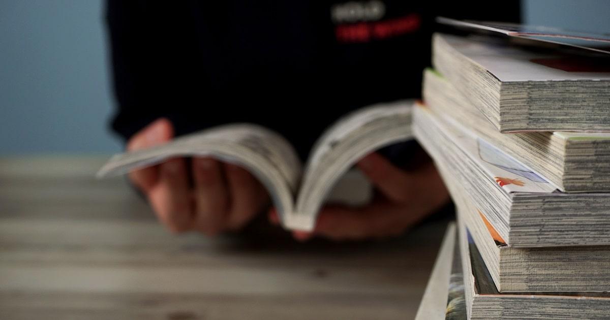 学習マンガを読みあさる学生あるいはビジネスパーソン