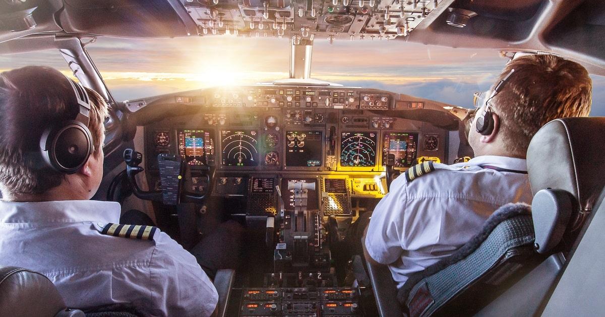 民間航空機のコックピット内。飛行中のパイロットの様子