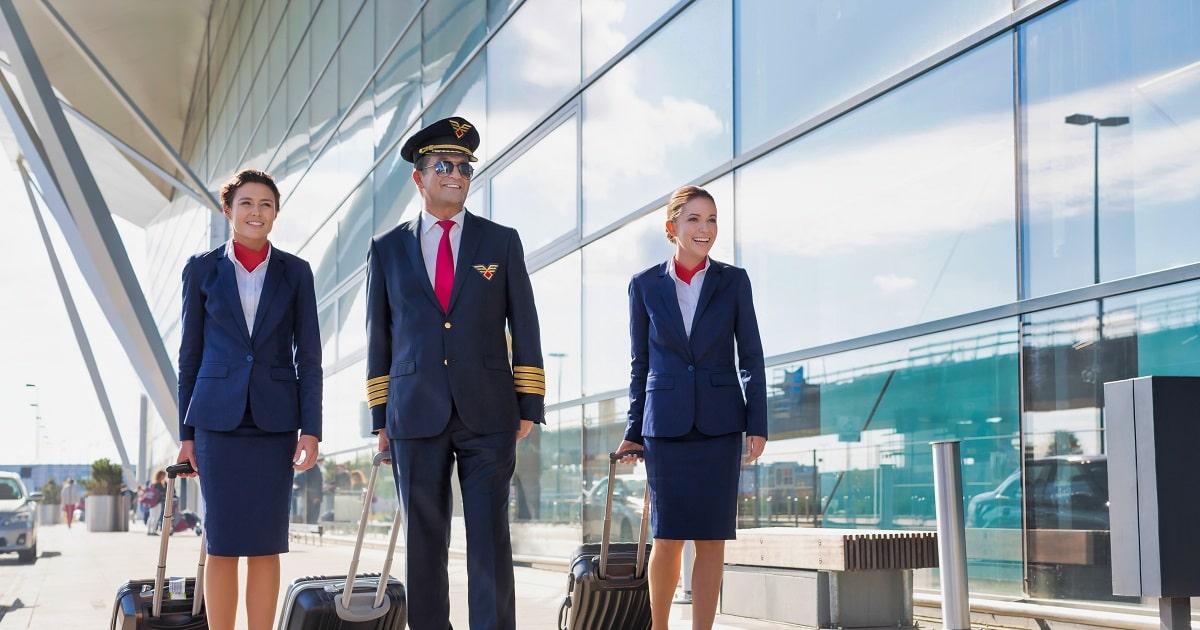 空港を歩く熟練パイロットと客室乗務員たち