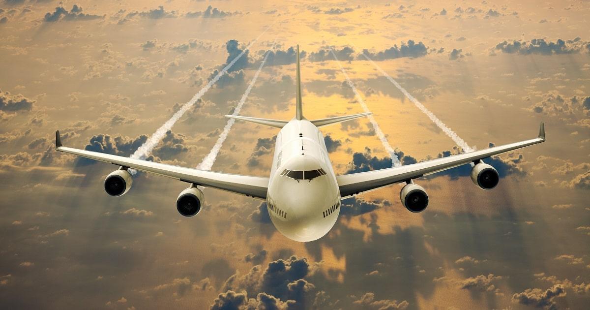 雲の上を飛行中の旅客機