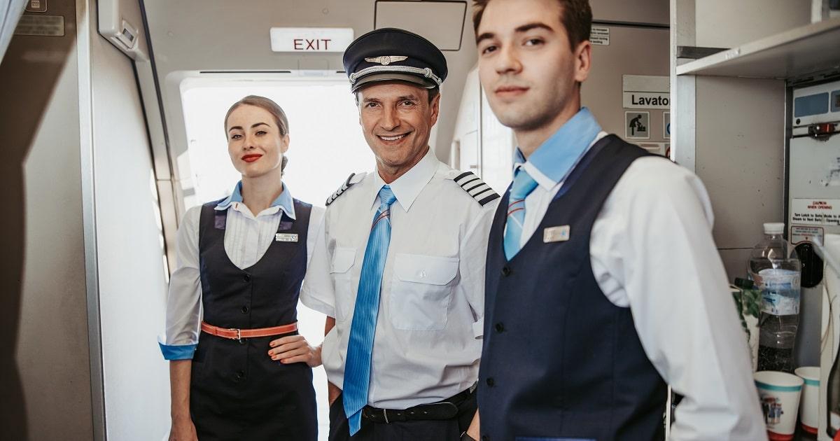 機内で笑顔を見せるパイロットと客室乗務員