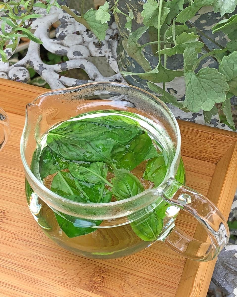 バジルの葉と沸騰したお湯をイン