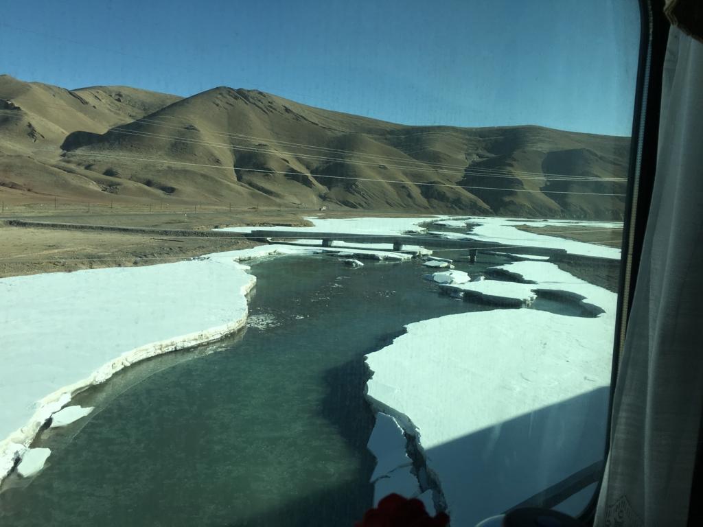 青蔵鉄道の車窓から(雪と氷の川)