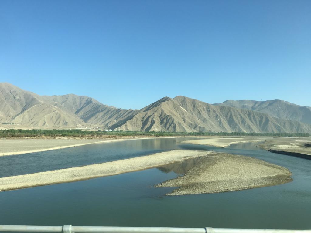 ヤムドゥク湖に向かう途中の景色