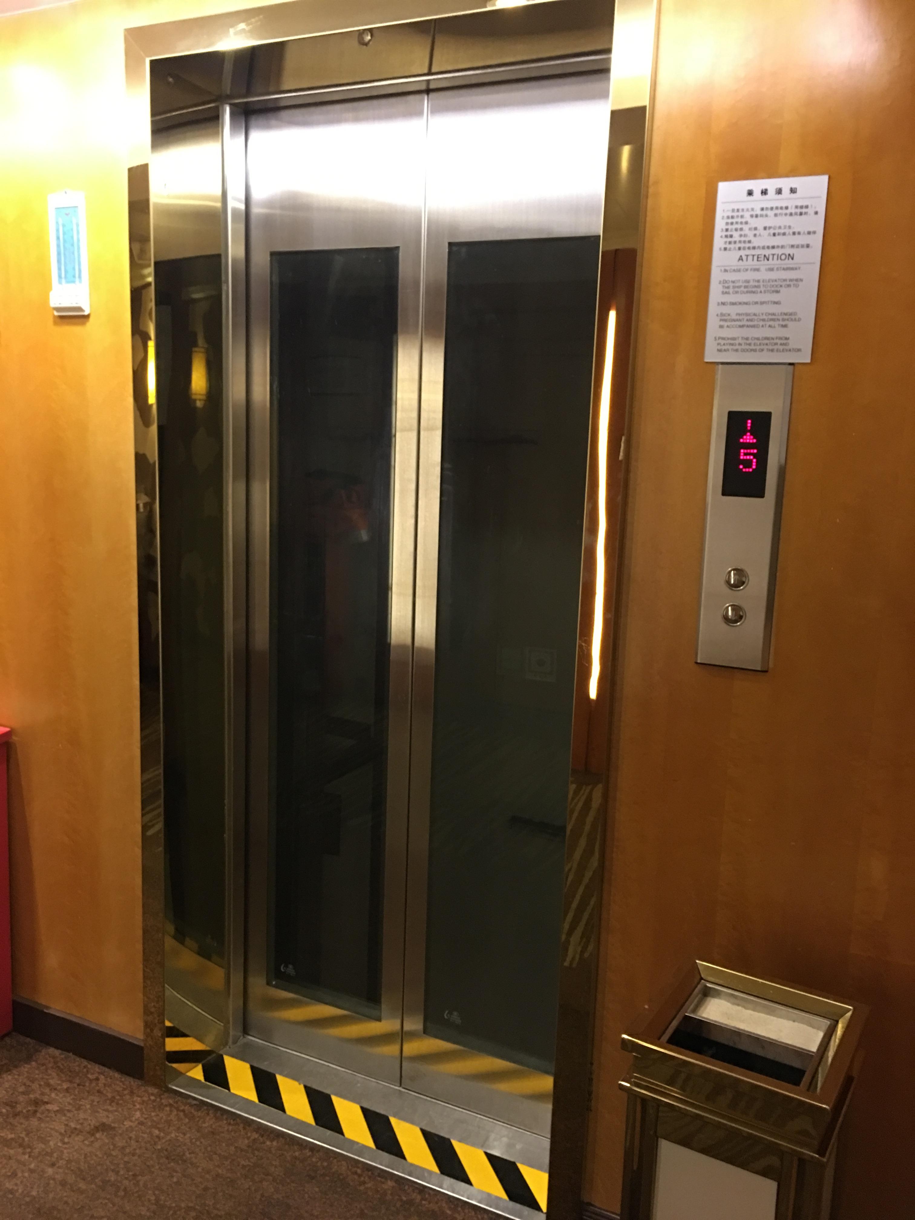 Victoria Cruises号エレベーター