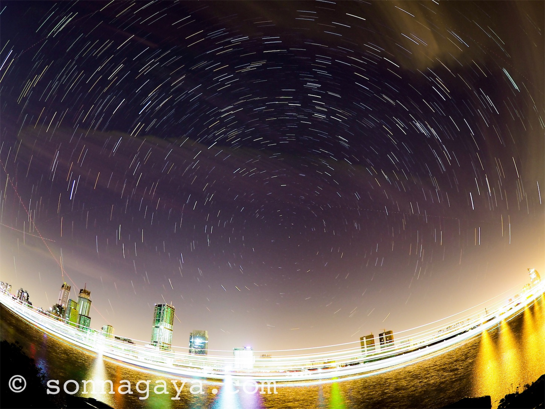 上海黄浦江の北の空星の軌道撮影