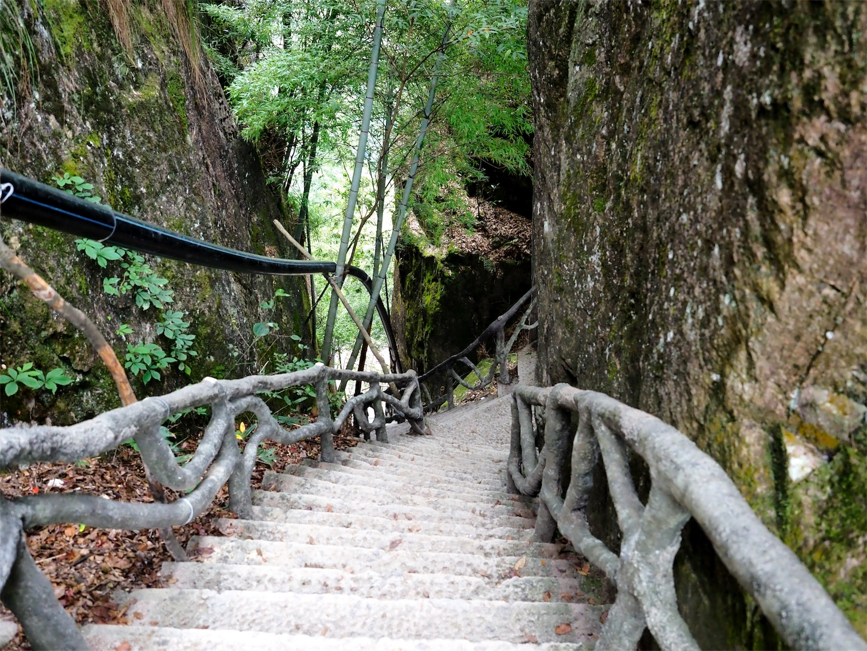 南尖岩・急な階段