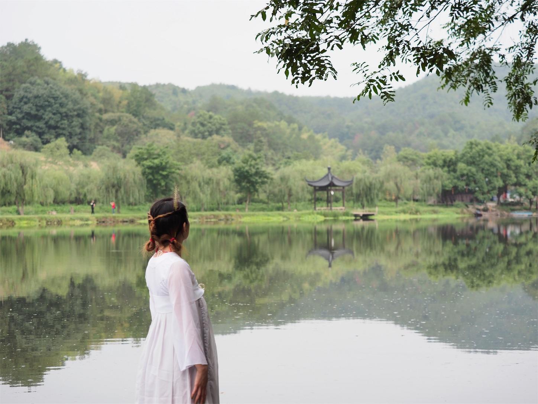 朱潭山景点・遠くを望む美女