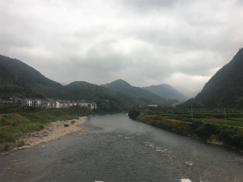 独山村手前の川