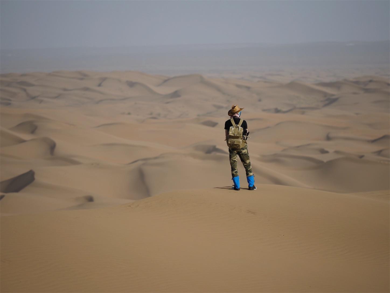 オルドス,クブチ砂漠,遠くを眺める若者