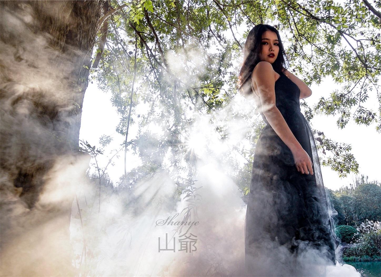 森の中の美女と太陽・ポートレート写真1・α7S2・LAOWA15mmF2-Zero-D