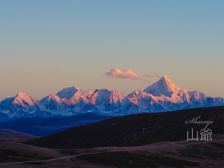 夕日に照らされるゴンガ山
