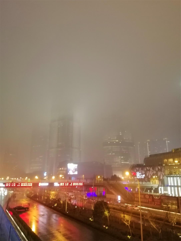 霧の中の高層ビル