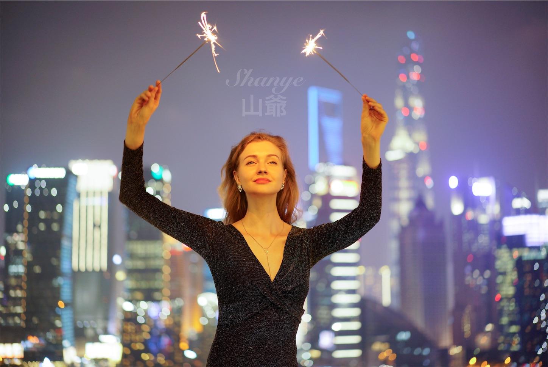 上海夜景と金髪美女ポートレート