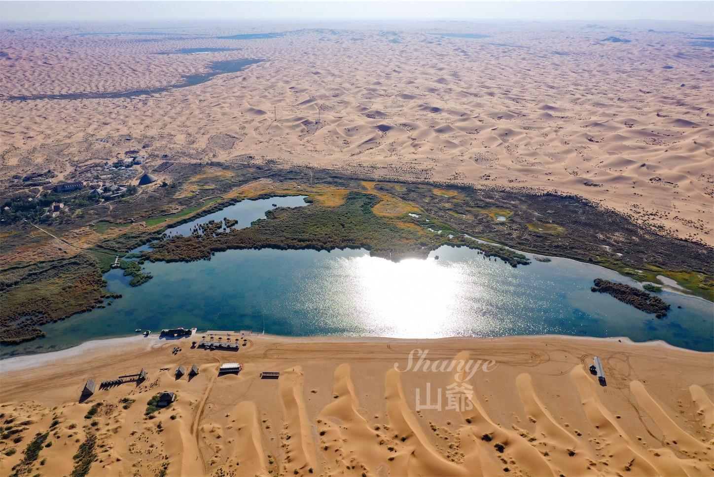 腾格里沙漠(トングリ砂漠)のオアシス月亮湖