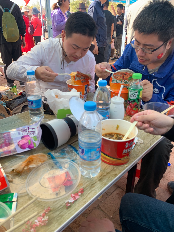 胡楊林で食事