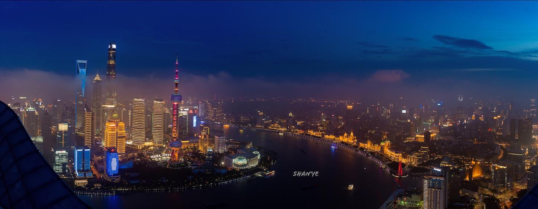 上海の中心から黄浦江を挟んだ西と東の夜景写真