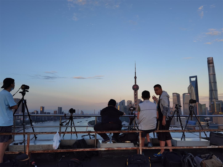 夕日に佇むカメラマンたち,上海申華金融ビルの屋上