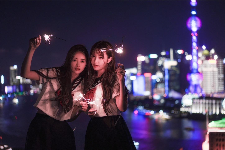 赤く染まる上海外灘ポートレート花火