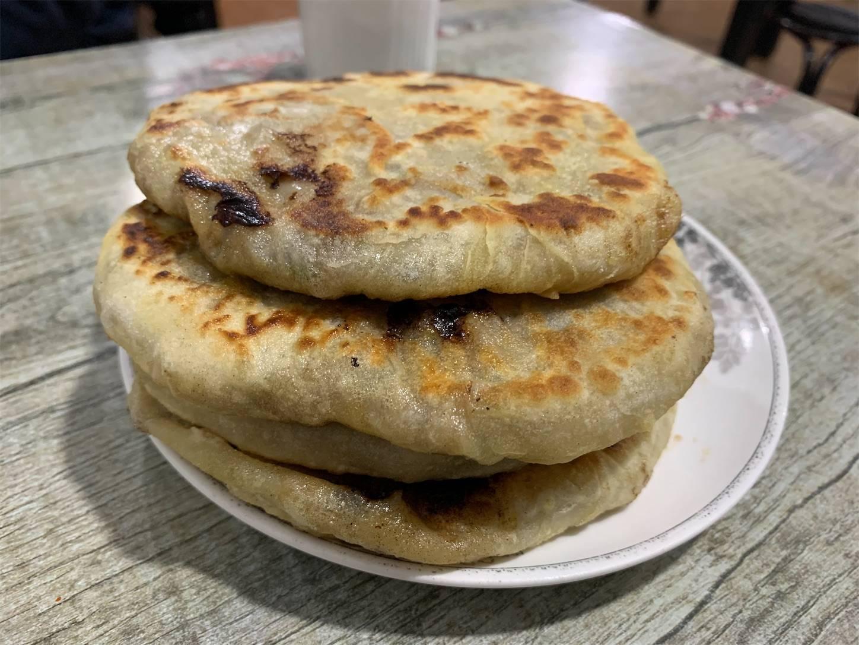 餡餅,こねた小麦粉の皮に肉の餡(あん)を包み込んで焼いたり,油で揚げたりした平たく丸い(直径8センチ程度の)食品<