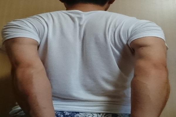 肩甲骨を動かすストレッチ(手を後ろで組み、後ろに伸ばす)