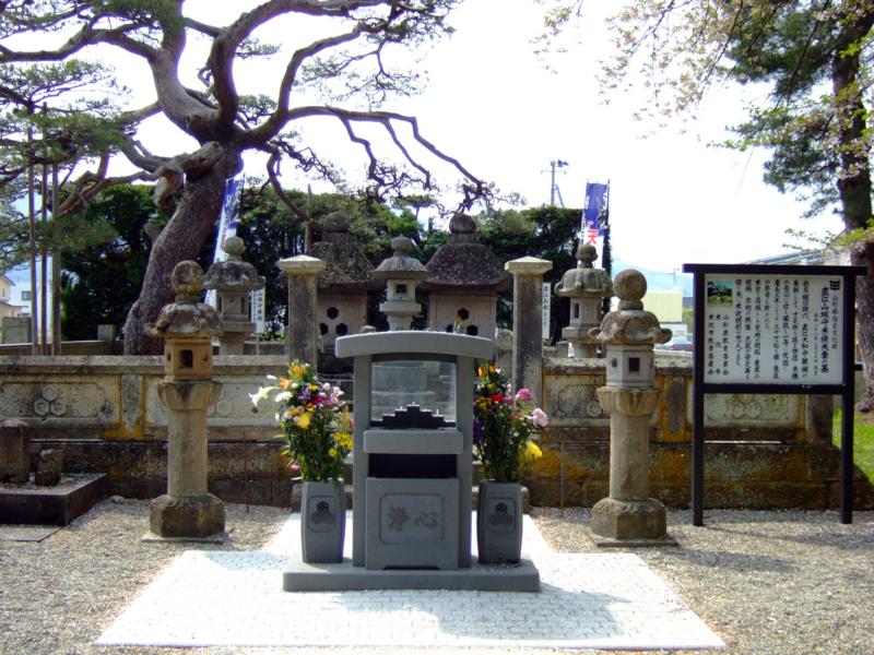 直江山城守兼続夫妻の墓