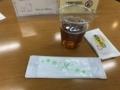 [ラウンジきらら][山口宇部空港]コーヒーとおしぼりと鶏卵せんべい
