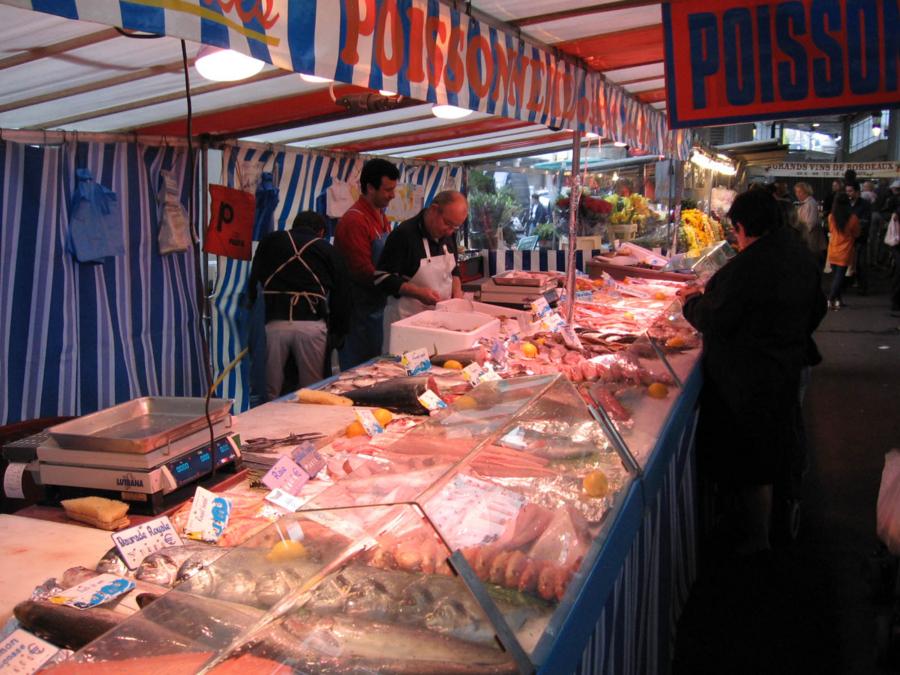 パリの朝市 魚屋がなかなか魅力的