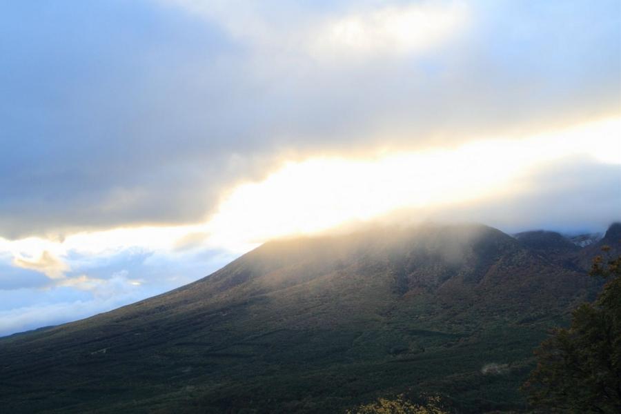 山が光に溶けていく