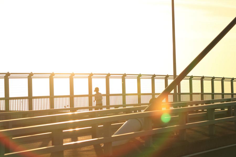 光の中のジョガー