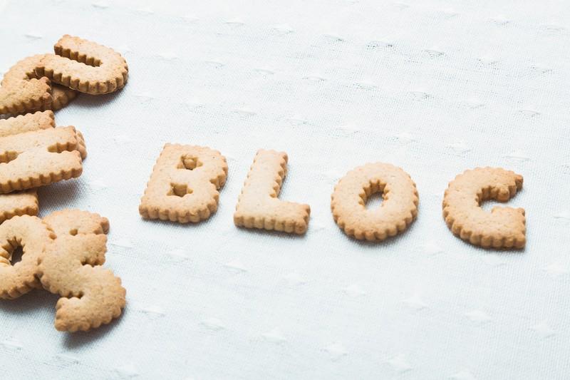 BLOGと並べられたアルファベットクッキーの画像
