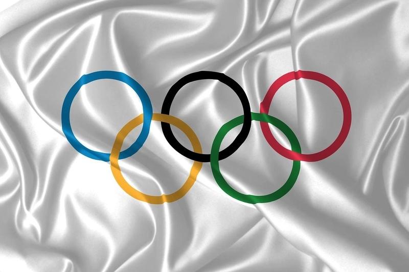 オリンピックの旗がたなびく画像
