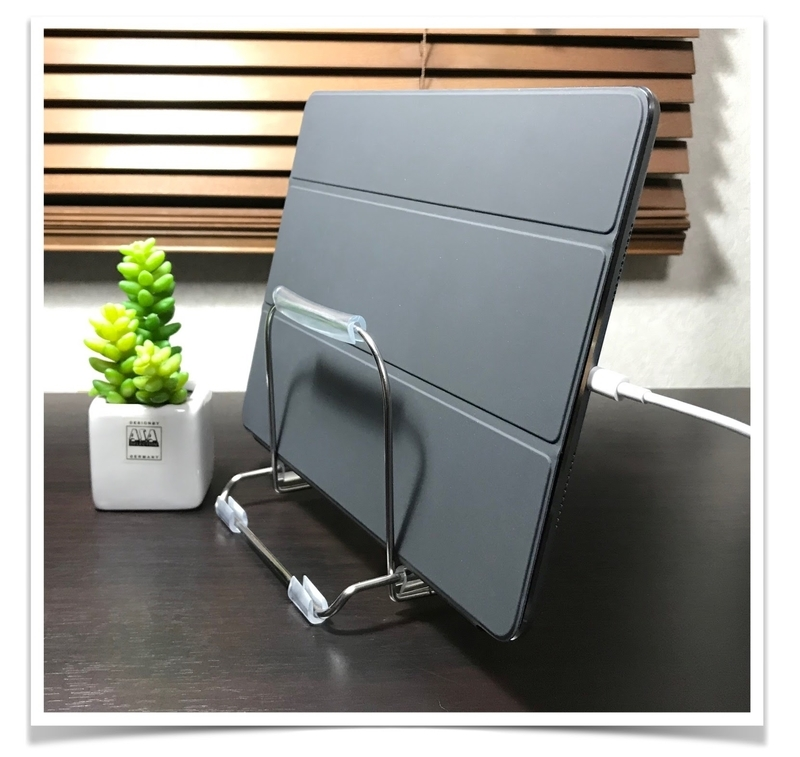 iPad-charging-stand-cheep-cutting-board-stand-for-kitchen-use